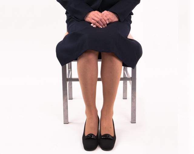 膝が見えない」スカート丈