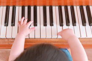 幼児期から習い事を始める家庭は多い?メリット・人気の習い事も解説