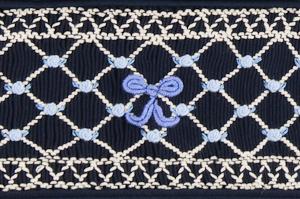 ひとつひとつ丁寧に手刺繍で作られたスモッキング刺繍